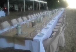 smellis-long-table-on-the-beach-close